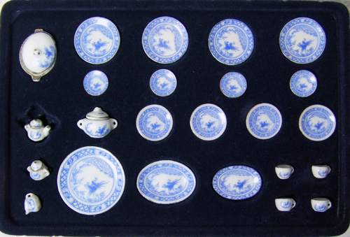 HN 07033 Full dinner set for 4 in a blue pattern with Phoenix
